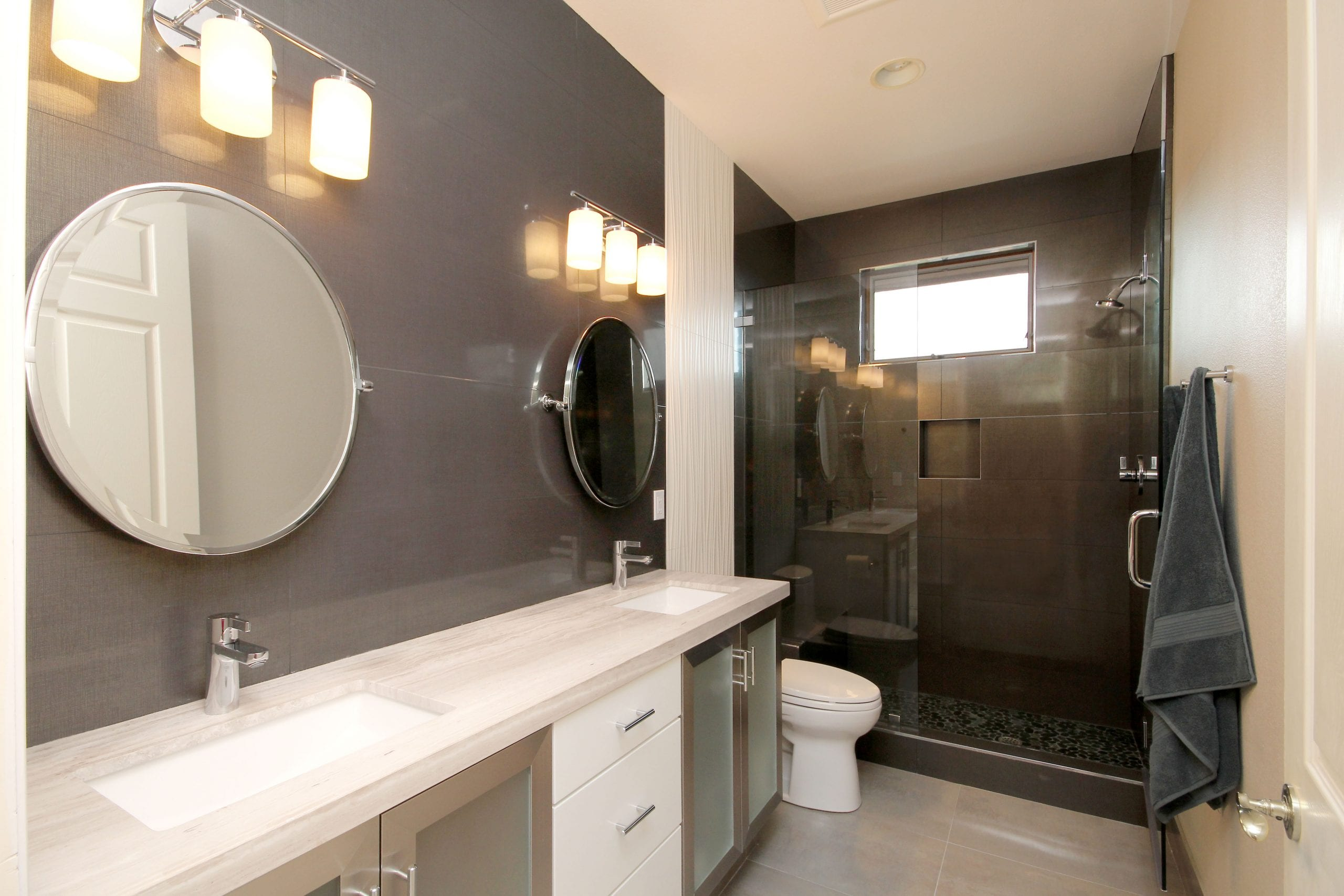 Finding Nemo inspired bathroom with two round mirrors and a black & white contrast